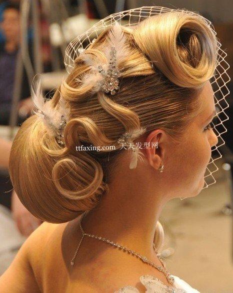 一名模特展示参赛理发师创作的新娘婚礼发型