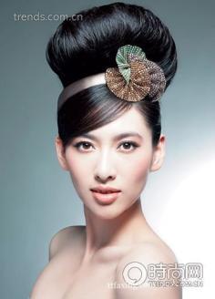 低调三叶草发箍 干练高贵新娘发型