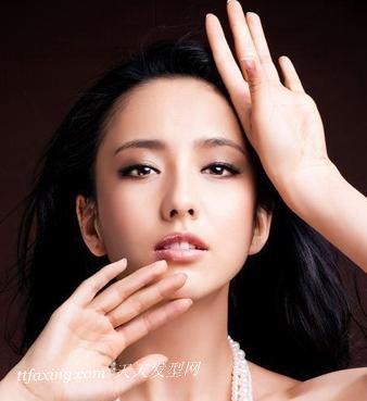 佟丽娅精致女人味妆容 演绎恋情甜蜜感觉