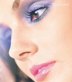蓝紫烟熏眼妆打造深邃感