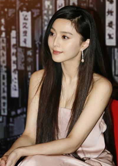 当红长发女明星演绎气质长发 露出颈脖曲线最性感无比