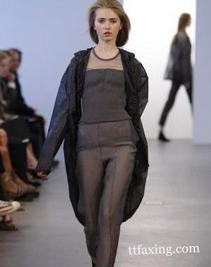 ...无内衣透明装的走秀在法国巴黎无内衣透明装时装秀表演中让...