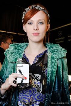 欧美范时尚伴娘发型图片 绿叶也很耀眼