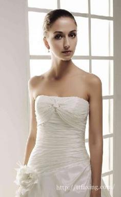 拍婚纱照胸小怎么办 五大技巧助你拍出丰盈性感曲线