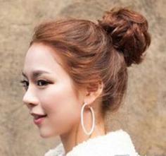 简单韩式蓬松丸子头发型