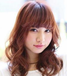 斜刘海女生中长发发型图片