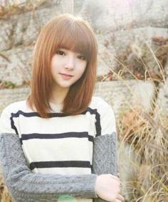 齐刘海中长直发发型好看又有气质
