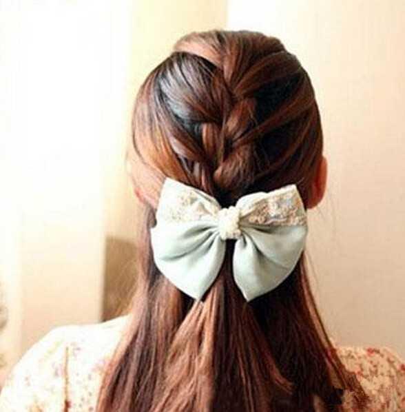 先在每束头发里分别加入附近三分之二英寸宽的头发,按正常编辫子的图片
