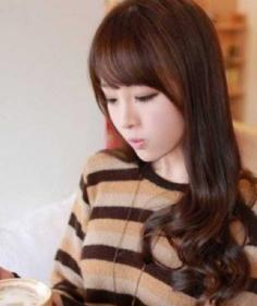 女生优雅气质长长烫发发型图片