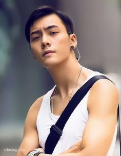 陈伟霆发型图片欣赏,短发偏分头更适合他