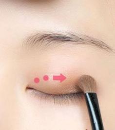 韩式咬唇妆的画法 轻松打造清新妆容