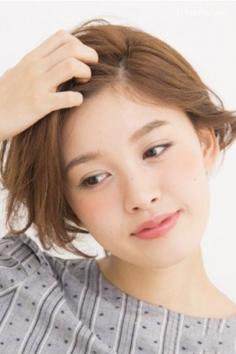 短发简单的扎头发方法 露出柔美的脸部线条