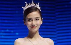 Angelababy公主头配皇冠 要想拥有满满公主范,桃花朵朵开