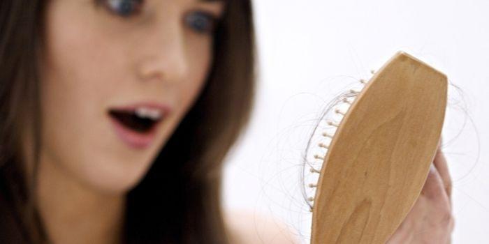 女性脱发原因及治疗方法 远离污染慎重烫染