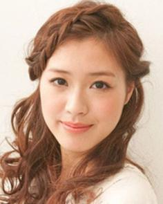 斜刘海韩式编发发型步骤 修饰脸型显甜美