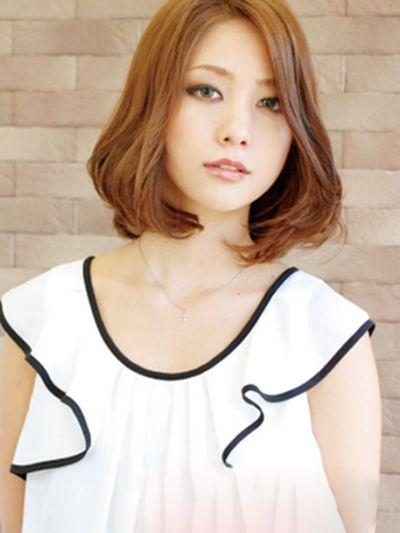 女生短发微卷发型 展现别样可爱时尚
